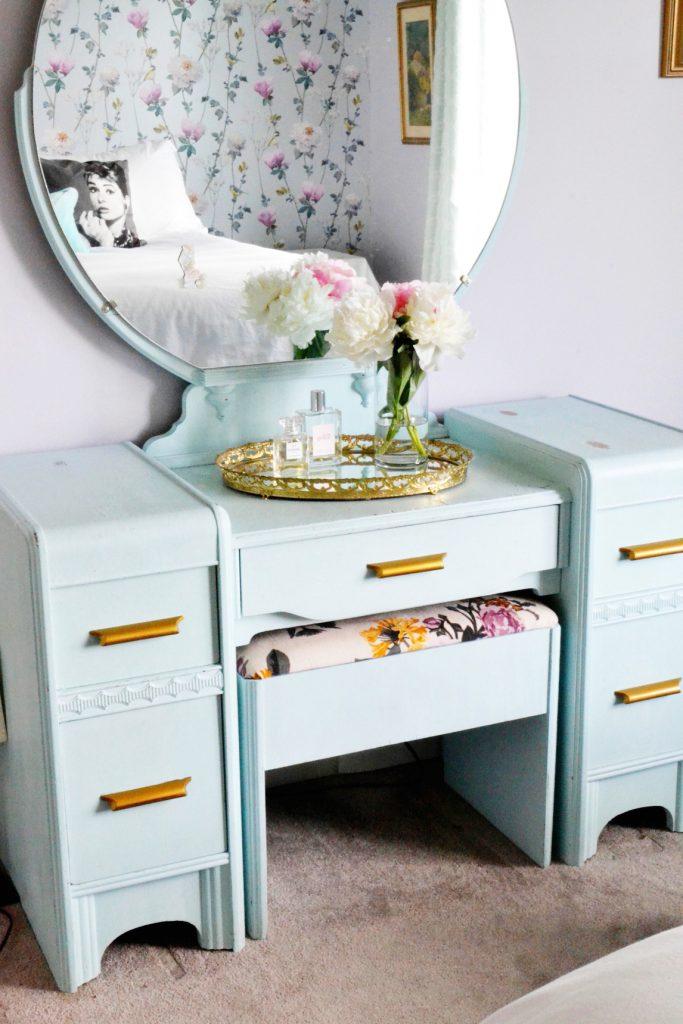 blue-round-mirror-vanity-dresser