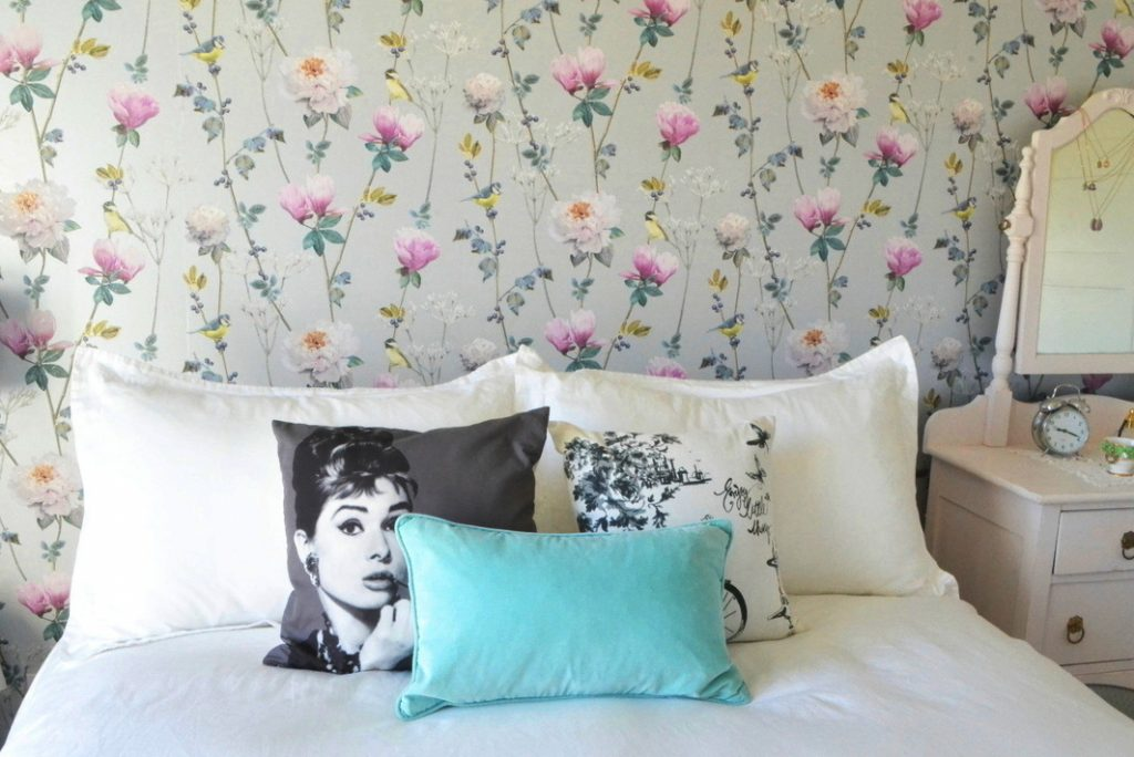decorating-with-throw-pillows-bed